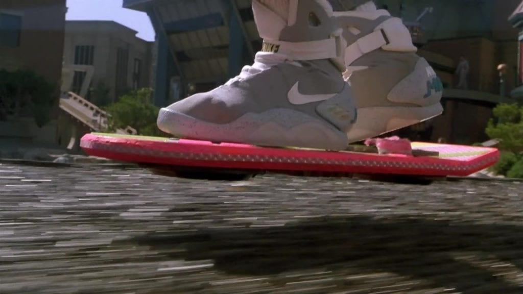 Marty McFly chaussé de ses Nike sur l'hoverboard Mattel dans Retour vers le futur 2